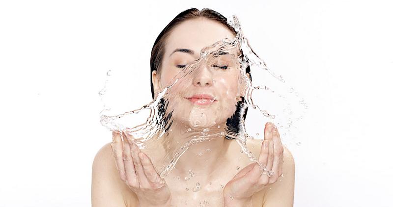 Hướng dẫn chi tiết cách vệ sinh lông mày sau khi phun